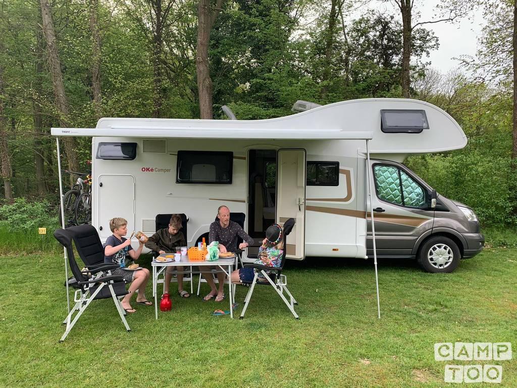 Oke Camper Noble Art Chill onder de luifel.JPG